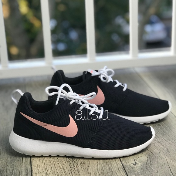 232c4ee78bb0df NWT Nike Roshe One Casual Shoes Black WMNS